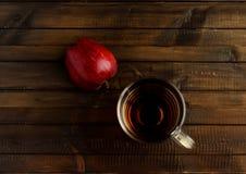 Стекло уксуса яблочного сидра и одной красной половины яблока Стоковое фото RF