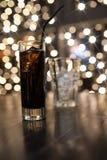 Стекло холодного питья спирта с льдом на таблице Стоковое Фото