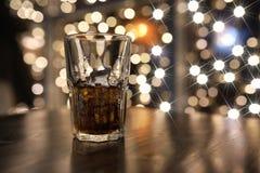 Стекло холодного питья спирта с льдом на таблице Стоковые Изображения RF