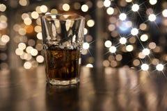 Стекло холодного питья спирта с льдом на таблице Стоковое фото RF