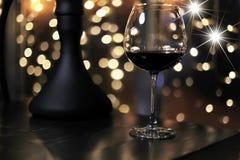 Стекло холодного питья спирта с льдом на таблице Стоковые Изображения