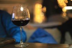 Стекло холодного питья спирта с льдом на таблице Стоковая Фотография RF