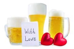 Стекло холодного светлого пива с сердцем изолированным на день Валентайн стоковое изображение