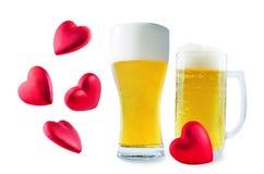 Стекло холодного светлого пива с сердцем изолированным на день Валентайн стоковое изображение rf