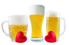 Стекло холодного светлого пива с сердцем изолированным на день Валентайн стоковые фотографии rf