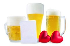 Стекло холодного светлого пива с сердцем изолированным на день Валентайн стоковое фото