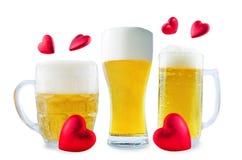 Стекло холодного светлого пива с сердцем изолированным на день Валентайн стоковая фотография rf