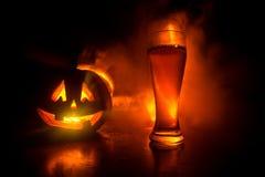 Стекло холодного светлого пива с тыквой на деревянной предпосылке на хеллоуин Стекло свежих пива и тыквы на темном тонизированном бесплатная иллюстрация
