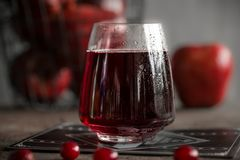 Стекло холодных сока и ягод клюквы Стоковое Изображение