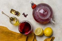 Стекло чая гибискуса с лимоном, чайником, медом на белой предпосылке Состав Teatime concept healthy lifestyle стоковое изображение rf