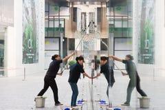 стекло чистки уборщика зданий стоковое фото