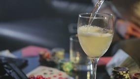 Стекло шампанского на таблице игры видеоматериал