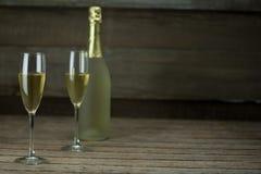Стекло шампанского с бутылкой шампанского Стоковое Изображение