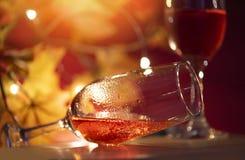 Стекло Шампань на таблице против запачканной предпосылки светов - перспективы кристально ясного бокала для партии ночи на стоковая фотография rf