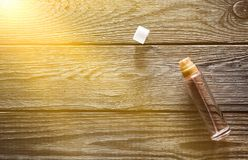 Стеклянная бутылка с дух на деревенском деревянном столе Взгляд сверху Стоковая Фотография RF