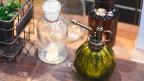 Стеклянная бутылка с насосом брызга стоковая фотография