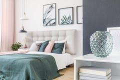 Стеклянная ваза в зеленой спальне Стоковая Фотография