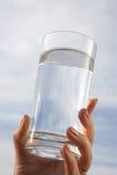 стеклянная вода руки Стоковые Фото