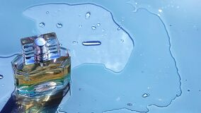 Стеклянная волна воды флакона духов видеоматериал