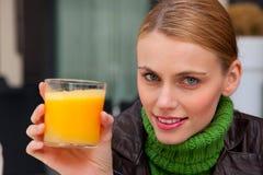 стеклянная женщина померанца сока удерживания Стоковое Изображение