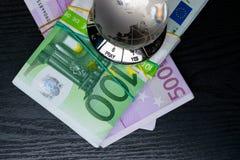 стеклянная земля с выбором да или нет или молит, и большие наличные деньги евро количества стоковое изображение