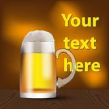 Стеклянная кружка с пивом и пеной Знамя, крышка, рекламируя иллюстрация штока