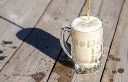 Стеклянная кружка с пивом на таблице в парке Стоковая Фотография