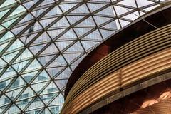 Стеклянная крыша торгового центра верхняя часть кафа стоковое изображение rf