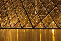 Стеклянная пирамидка жалюзи на ноче Стоковое фото RF