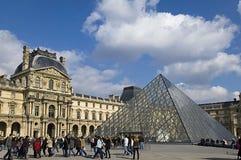 стеклянная пирамидка музея жалюзи Стоковые Изображения RF