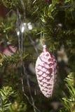 Стеклянная смертная казнь через повешение конуса на зеленой ветви рождественской елки Стоковые Изображения RF