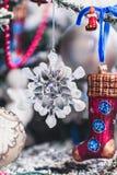 Стеклянная снежинка весит на рождественской елке Стоковое Фото