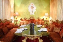 Стеклянная таблица с сервировкой и софы в ресторане Стоковое Изображение RF
