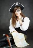 стеклянная увеличивая женщина пирата карты Стоковые Изображения RF