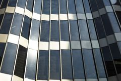 Стеклянное зодчество Современный фасад офисного здания на солнечный день Стоковые Фото