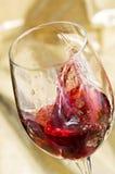 стеклянное красное брызгая вино Стоковые Фотографии RF