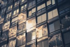 Стеклянное отражение фасада, офисного здания и неба Стоковая Фотография