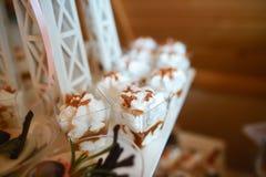 Стеклянное печенье съемок Деликатесы и десерт на шведском столе или банкете catering Концепция партии шведского стола Подлинное и стоковые изображения