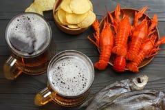 Стеклянное пиво с раками, высушенными рыбами и ушами пшеницы на темной деревянной предпосылке Концепция винзавода пива пиво предп Стоковые Изображения RF