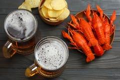 Стеклянное пиво с раками на темной деревянной предпосылке Концепция винзавода пива пиво предпосылки содержит сетку градиента Взгл Стоковое Фото