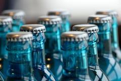 Стеклянные бутылки воды на таблице Стоковая Фотография RF
