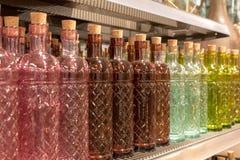 Стеклянные бутылки на таблице в дисплее магазина Стоковые Фото