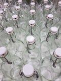 Стеклянные бутылки на таблице Стоковые Фотографии RF