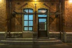 Стеклянные двери Взгляд ночи в старом промышленном квартале moscow hamburg стоковая фотография rf