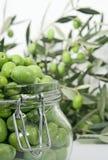 стеклянные зеленые оливки опарника Стоковое фото RF