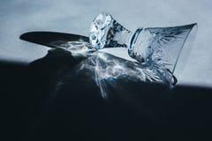 Стеклянные кубки бросают красивую тень и красивое каустическое влияние по мере того как свет проходит через стекло в рано утром стоковая фотография