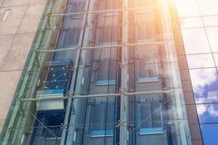 Стеклянные лифты вне здания небоскреба, архитектуры дела стоковые фото