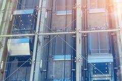 Стеклянные лифты вне здания небоскреба, архитектуры дела стоковое изображение