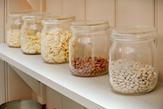 Стеклянные опарникы кухни стоковые изображения rf
