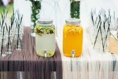 Стеклянные опарникы лимонада на шоколадном батончике свадьбы catering стоковые изображения rf